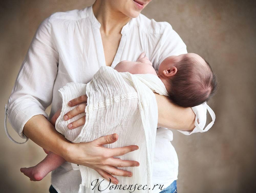 Как правильно брать и держать новорожденного ребенка